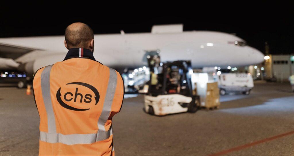 Juha Harjula katsoo lentokoneen lastausta