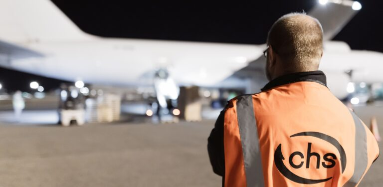 CHS oranssiliivinen työntekijä lentokentällä