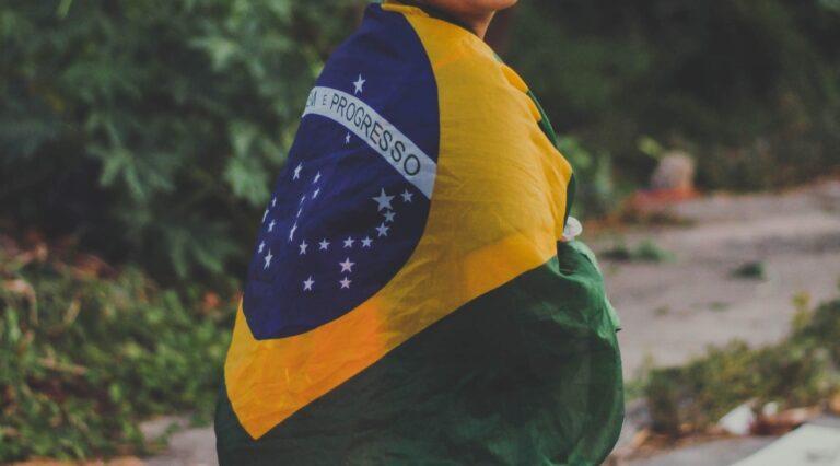 Nainen käpertyneenä Brazilian lippuun