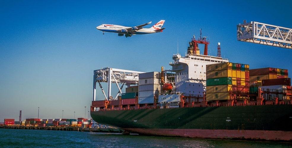 Lentokone lentää laivan yläpuolella