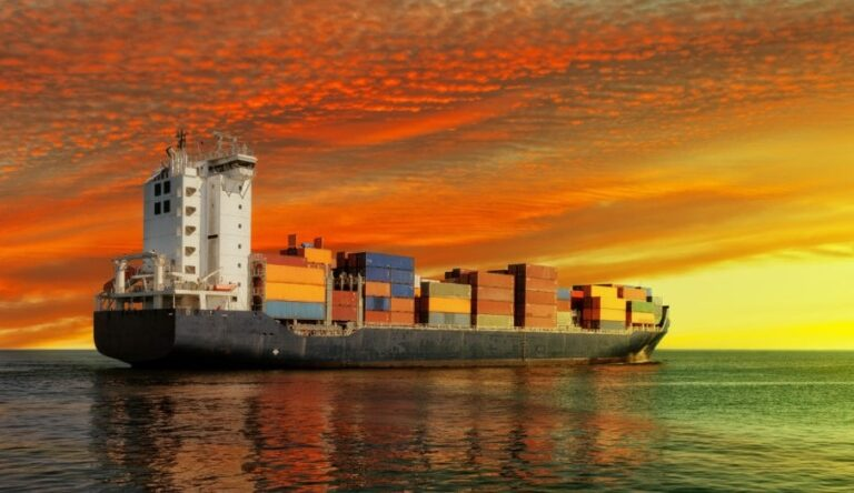 Merirahtilaiva auringonlaskussa